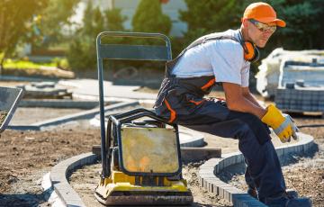 Jakie są narzędzia niezbędne do precyzyjnego układania płyt betonowych? Znamy odpowiedź, oto lista.