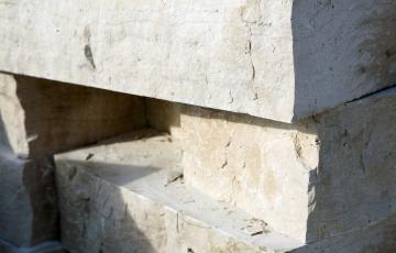 Jak przyspieszyć układanie płyt betonowych przy zachowaniu jakości?