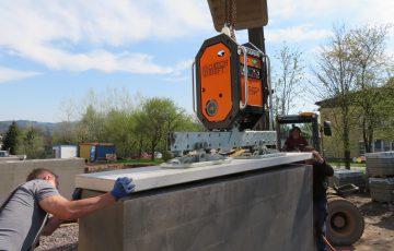 Osazení krycích betonových desek vJilemnici proběhlo najedničku